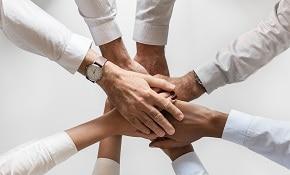 אנשים שמים ידיים אחד על השני