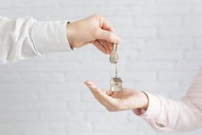יד מעבירה מפתח ליד אחרת