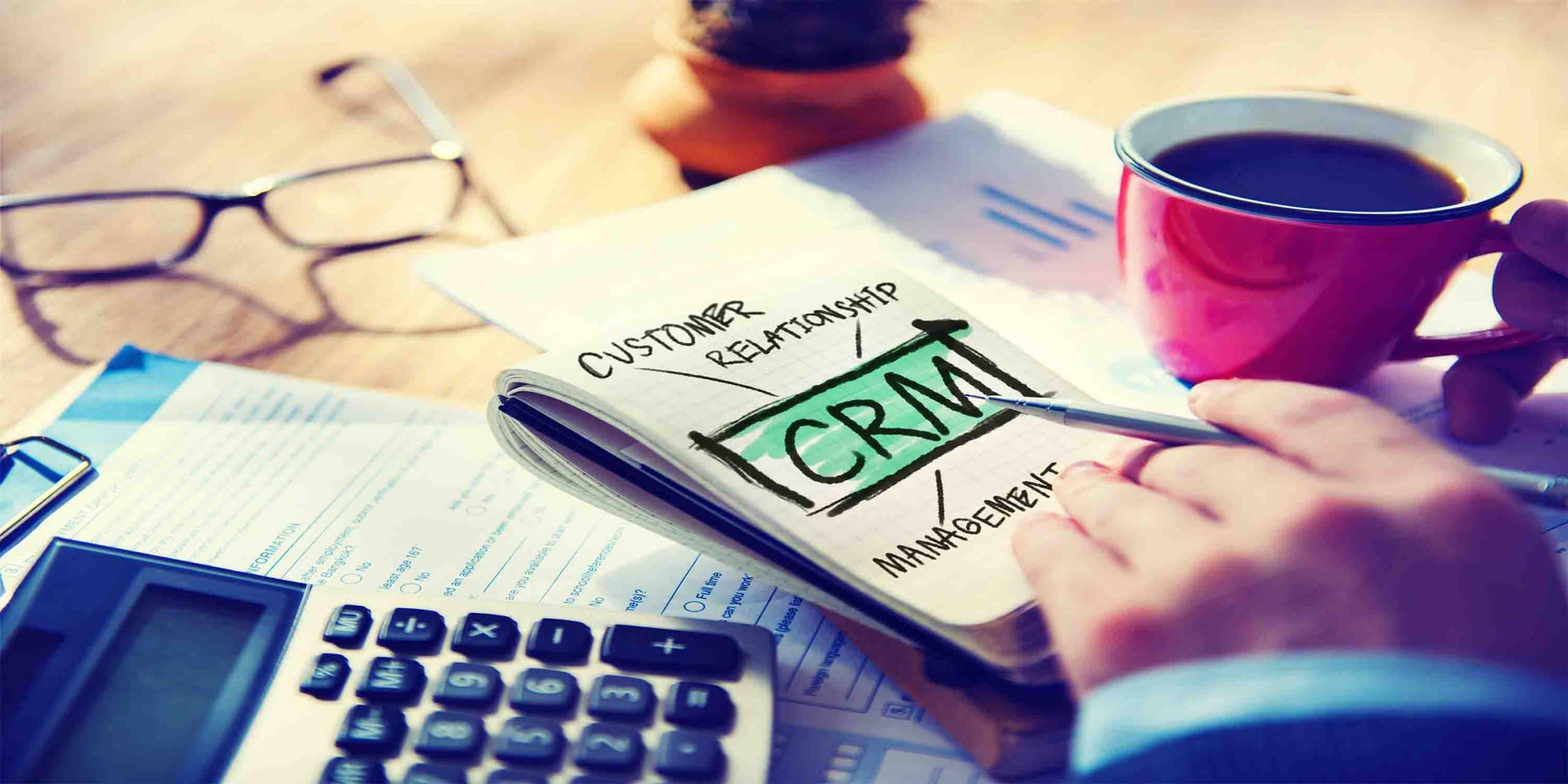 יד עם עט רושמת CRM