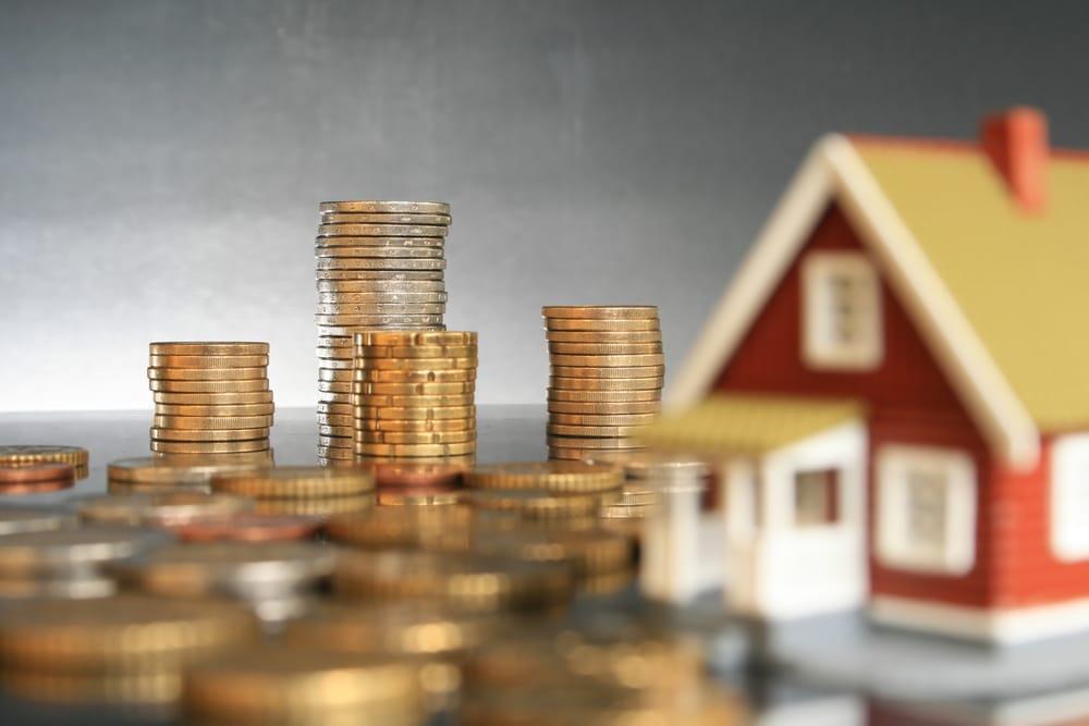 בניין בקטן ליד כסף על השולחן