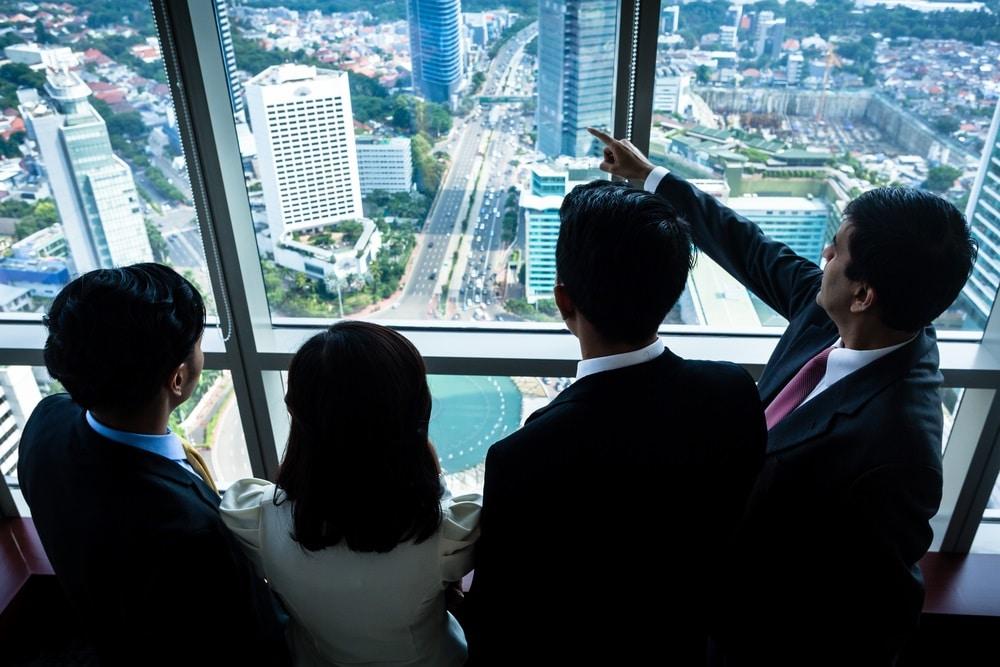 חבורת אנשים מסתכלים דרך חלון על בניינים