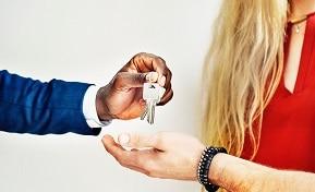 גבר נותן לאשה מחזיק מפתחות